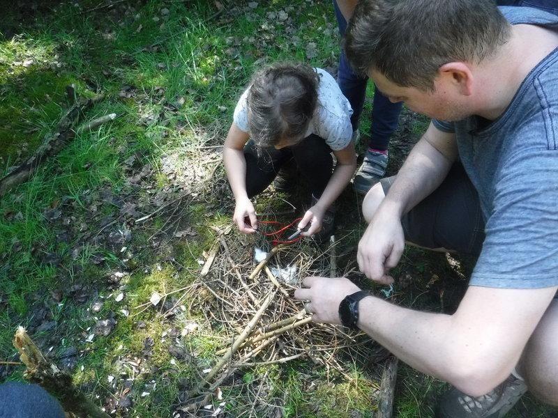 Víte jak rozdělat oheň? Které houby jsou jedlé akteré naopak jedovaté? Umíte se zorientovat vterénu? Zkoušeli jste si někdy postavit přístřešek zmateriálů, co příroda dá? Aco filtr pro čištění vody - ten si umíte vyrobit?